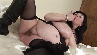 Fat of age amateur plays adjacent to her old cund with an increment of inserts a dildo